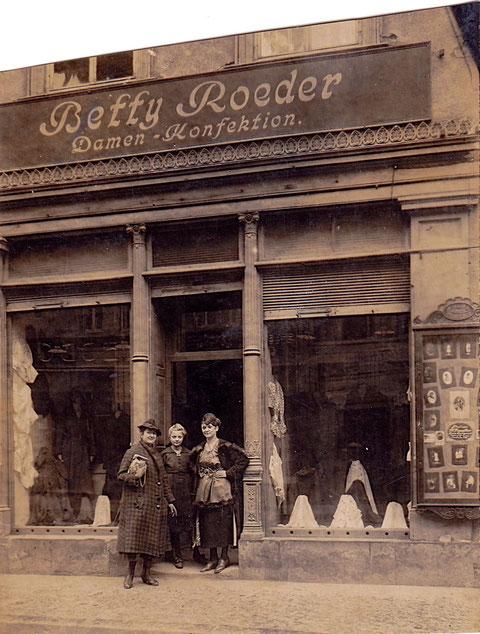 Herr Robert Zänglein hat dieses Rätsel gelöst. Gemäß Adressbuch 1913 war dieses Geschäft in der Spitalstraße 27. DANKE!!!