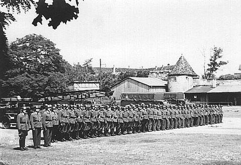 """BRK-Parade im heutigen Theaterpark , im Hintergrund """"Höpperles-Turm"""" und Lebküchnerhaus - 1938"""