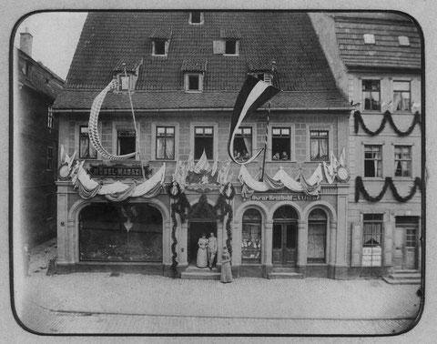 "Spitalstraße um 1900 - links ""Möbel Magazin"" (Heinrich Kröner) Haus Nr. 27, rechts Oscar Reinhold, Hausnr. 25 - Danke an Herrn Horst Kröner"