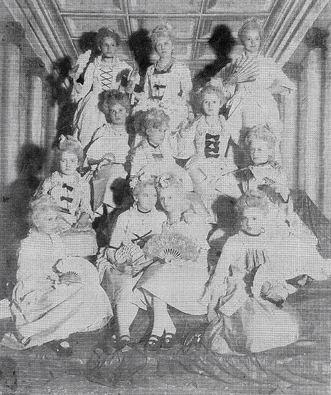 """""""Rokoko-Damen"""" aus der Höheren-Töchter-Schule im Jahr 1900"""
