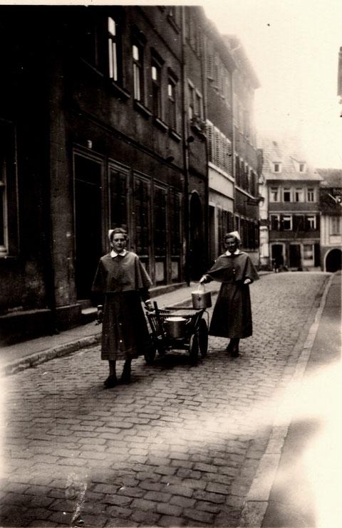 Krumme Gasse im Juli 1940; Geschwister besorgen Proviant für die Familie