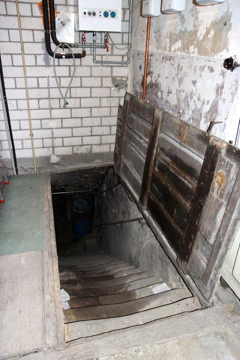 Vom Erdgeschoss aus führt über eine türgroße Bodenklappe die doch relativ breite Treppe in die Tiefe. Die beiden dort befindlichen Gewölbekeller liegen mehr als ein Geschoss tief