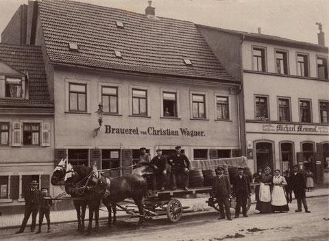 Brauerei Christian Wagner Am Zeughaus 9, 11 (damals die Adresse Bauerngasse 9/11) rechts Spezereienhandel Michael Memmel Bauerngasse 13 (heute Am Zeughaus 13) - 1909