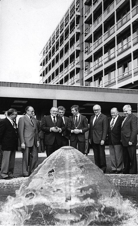 Einweihung Leopoldina-Krankenhaus - rechts Bürgermeister Herbert Müller, daneben Werner Hollwich MdL, in der Mitte mit Amtskette OB Kurt Petzold, zweiter v. links Willy Baumann MdL - 16.05.1981