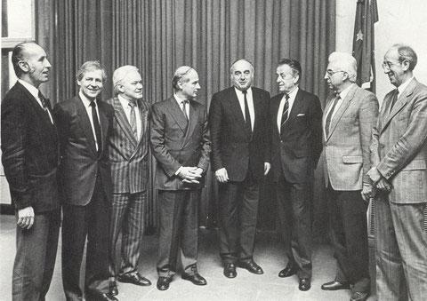 links außen, Dr. Feneberg, Leiter der Stadtwerke Schweinfurt, daneben Kurt Petzold, Oberbürgermeister