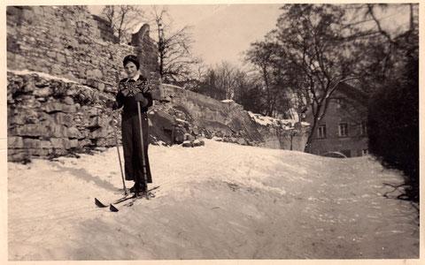 Willy Götz in den 1940ern am Höpperle, wo man offensichtlich nicht nur Schlitten fuhr; im Hintergrund das Wohnhaus Willy Götz in der Neutorstraße 2