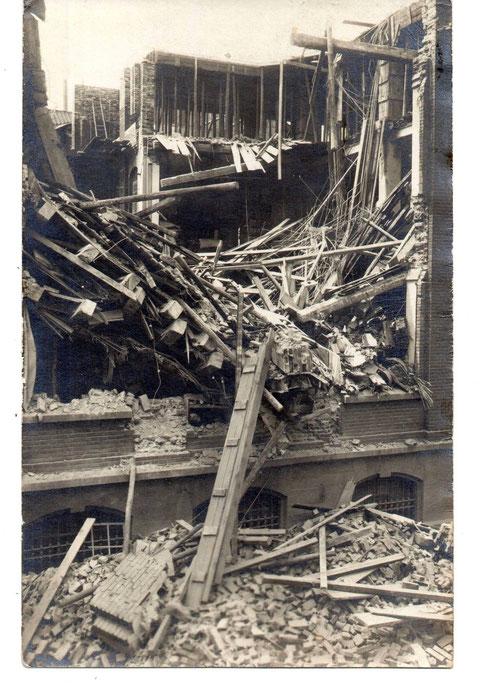 Am 13.06.1911 gab es in der Cramerstraße diesen Unfall. Die Außenwand der Heimann'schen Schuhfabrik zur Cramerstraße hin stürzte ein.