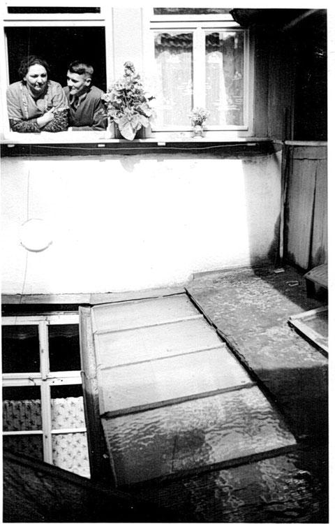 Wolfsgasse 43 - ca. 1938 vom Hinterhaus zum Vorderhaus aufgenommen.  Rechts ist der offene Gang zum Hinterhaus.
