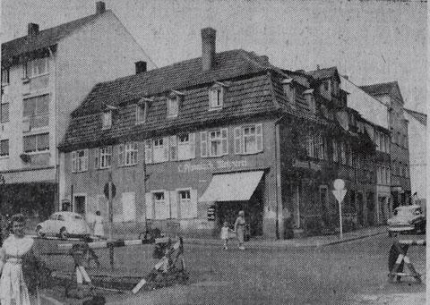Das Eckhaus Jägersbrunnen/Hadergasse stand noch bis in die 1950er Jahre; dort war die Metzgerei Pfannkuch, zuletzt Fritz Pfannkuch