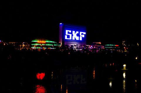 Schweinfurt vom Süden in der Nacht - SKF-Verwaltungsgebäude und ECE