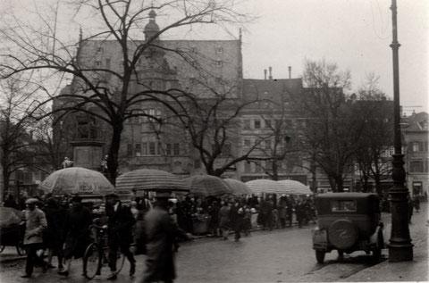 Wochenmarkt auf dem Marktplatz; Vorkriegszeit