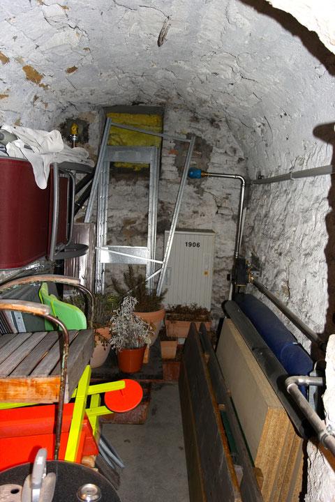 Der Keller geradeaus (vom Abstieg her gesehen)