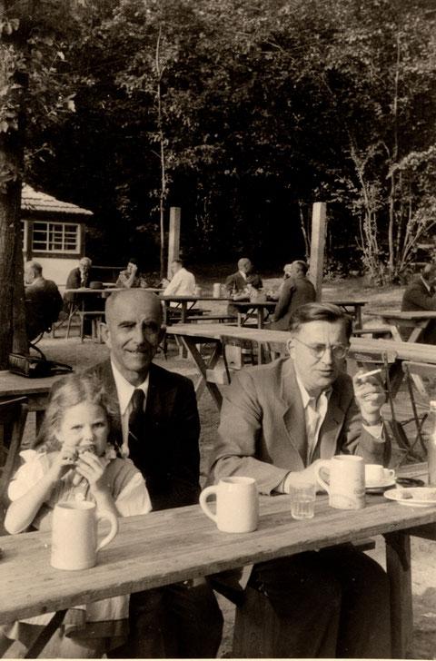 Im Garten des Schießhaus ca. 1953, rechts Hans Freiberger, Kaufmann, Sattlerstraße