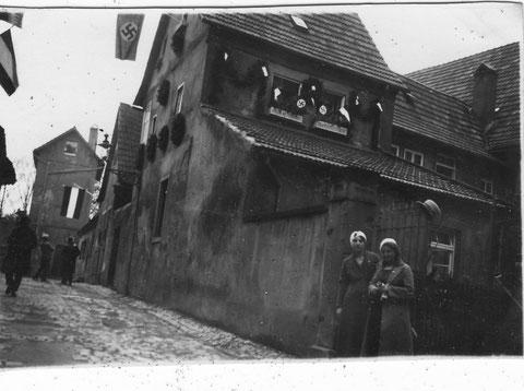 Das Armenhaus Schweinfurt am 01.05.1933 - es befand sich von der Hl.-Geist-Kirche aus gesehen links neben dem Alten Friedhof; es hatte zwei Gewölbekeller ähnlich wie der neben dem Castello an den Brennöfen; danke an Waltraud Keller