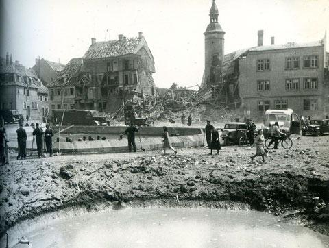 Roßmarkt, im Vordergrund Bombentrichter, man sieht, dass das schöne alte Haus des Leopoldinagründers Bausch völlig zerstört wurde, nur der Bauschenturm blieb stehen