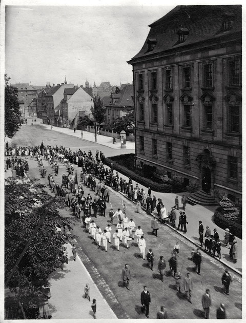 rechts Justizgebäude - Blick in den Jägersbrunnen - rechts hinter Justizgebäude die Barthelsvilla - Umzug - vor 1940