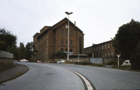 """Blick aus der Fehrstraße auf die """"Schachtelbude"""" (Kartonagenfabrik) am Obertor"""