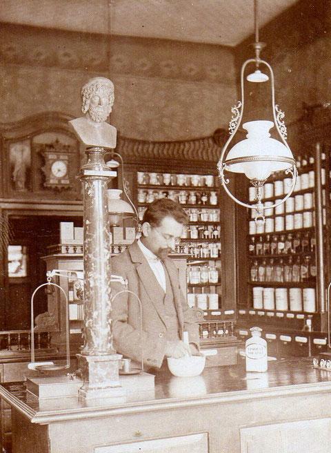 Apotheker Dr. Fischer in der Adler-Apotheke um 1890