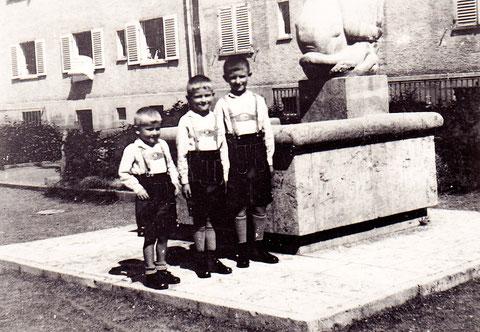Im Innenhof des Wohnblocks Kilian-Göbel-Straße - ca. 1933/34 - interessant der Brunnen, dessen oberer Teil der Statue auf dem Foto darüber zu erkennen ist.