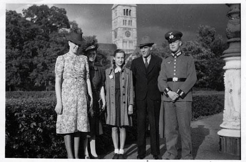 Spaziergang am Schillerplatz während des Zweiten Weltkriegs