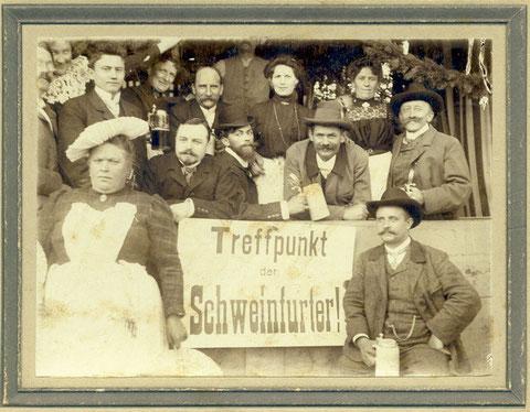 """""""Treffpunkt der Schweinfurter"""", aufgenommen vor 1905; evtl. Kirchweih im Zürch oder Vogelschuß, der damals im ehemaligen Cafe Kirchner abgehalten wurde, rechts unten Gustav Kirchner"""