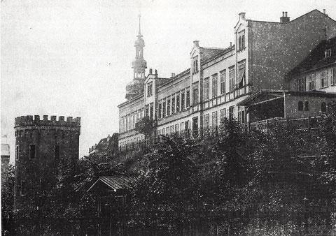 """Am Unteren Wall - s'Türmle noch mit Zinnen, die allerdings erst im 19. Jahrhundert """"romantisierend"""" aufgesetzt wurden; heute eher dem ursprünglichen Zustand entsprechend"""