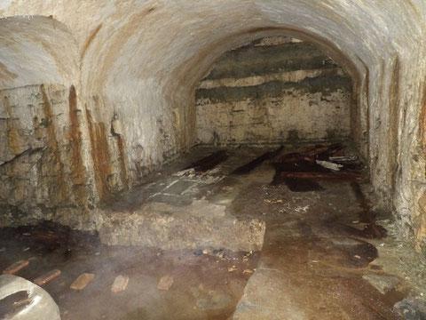 Der Krämer'sche Gewölbekeller - am Ende zugemauert - nach links jedoch ein vertiefter Durchgang in den Keller eines weiteren Gebäudes - der Boden steht unter Wasser