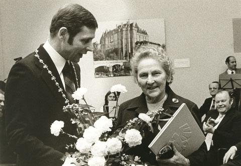 Oberbrügermeister Kurt Petzold gratuliert Gretl Baumbach zur Ehrenbürgerschaft