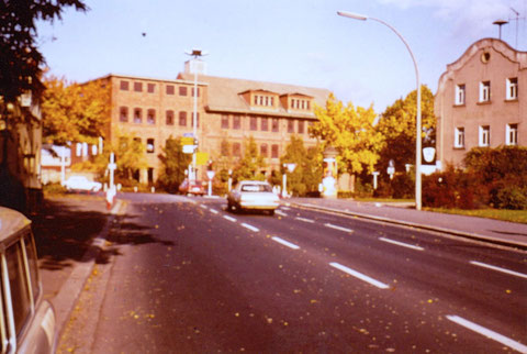 Alte Kartonagenfabrik (auch Schachtelbude genannt) am Obertor 1955 - rechts Gaststätte Grüner Baum, später Habaneros