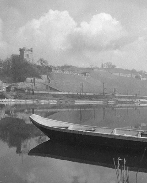 1950 - Spaziergang am Main - Blick auf Peterstrin und Mainleite