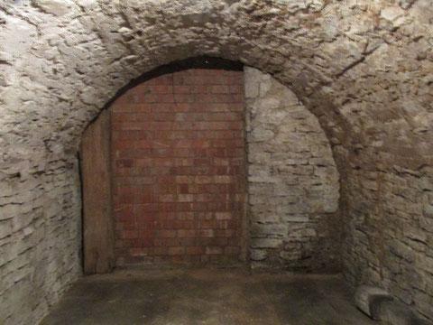 Der zugemauerte Durchgang zum Keller des benachbarten Hauses