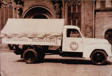 Vor der Hl.-Geist-Kirche ca. 1951/52 - LKW Hanomag Baujahr 1951 (2. LKW nach dem II. WK) 55PS, NL 1,5 t; 1. Maschine (Kennz. A/B 92 - 5642) mit ca. 150.000 km, 2. Maschine (Kennz. SW-C-832) mit ca. 150.000 km; Verschrottung 1968; Fahrer Egidius Werner