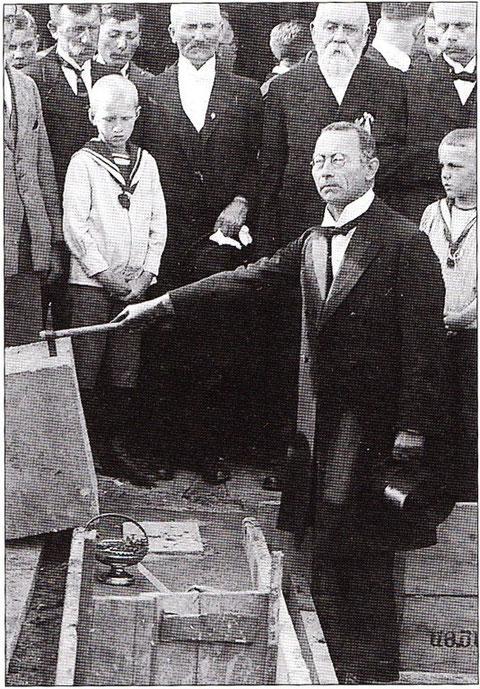 Dr. Benno Merkle bei der Grundsteinlegung für das neue Kolpinghaus in Schweinfurt; Foto: Stadtarchiv