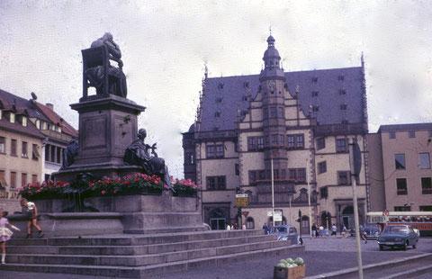 ein weiterer Blick mit Rückert-Denkmal