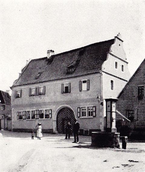 Haus-Nr. 141 Wohnhaus im Putzbau mit Renaissance-Giebeln, erbaut 1601