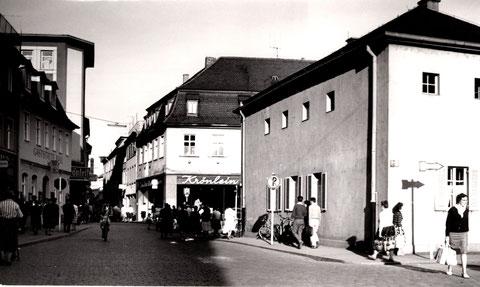 Georg-Wichtermann-Platz 1960, rechts das wiederaufgebaute Postgebäude