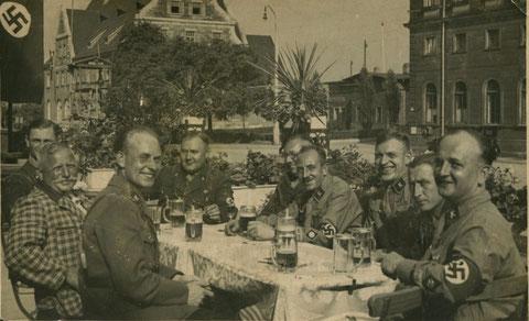1938 - Zusammensitzen am Hauptbahnhof