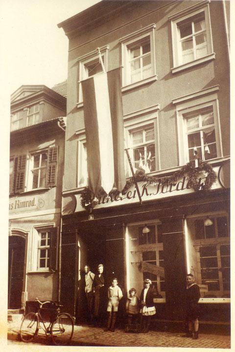 In der Zehntstraße am 1. Mai 1934 - Bäckerei Jordan mit Festschmuck, links davon Gaststätte Rimrod