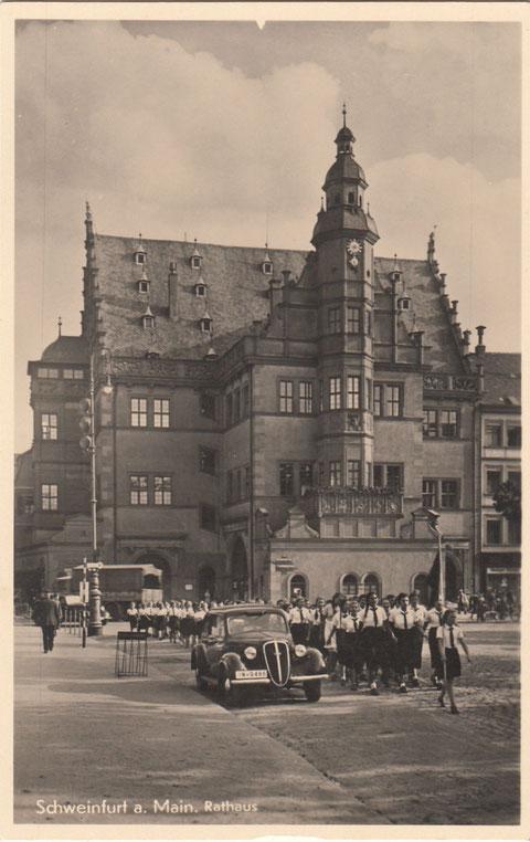 Aufmarsch des Bundes Deutscher Mädchen vor dem Schweinfurter Rathaus in den 1930ern