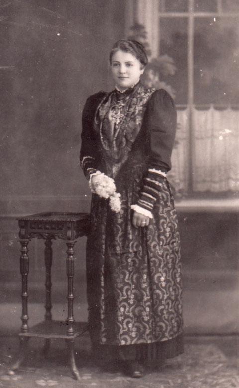 Rosa Brändlein 1917 in Pfändhausener Tracht, aufgenommen im Atelier Chr. Brändlein