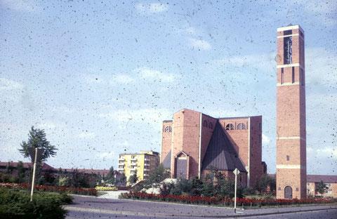 Die Auferstehungskirche (evang.-luth.) entstand in den 1950ern zusammen mit dem Stadtteil Bergl