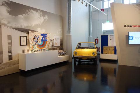 """Das gelbe """"Autolein"""" wurde als Prototyp eines Kleinstadtwagens (ähnlich dem späteren """"Smart"""" von Mercedes entwickelt; ein lustiger Dreisitzer, der unter strenger Geheimhaltung entstand, jedoch nie produziert wurde"""
