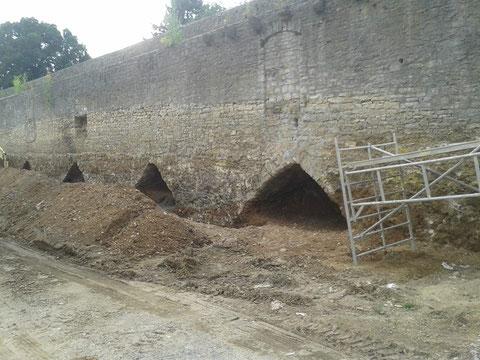 Die Stadtmauer (Innenseite) bei Restaurierungsarbeiten im Jahr 2014 - Foto: Dieter Bauer