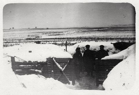 Unsere Stellung im Winter 1917, Russland im III. Zug, Unt.Offiz. Wagner, Unt.Offiz. Scheffel (Schöffel?), Unt.Offiz. Fahrenbach (?) siehe Handschrift unten (Bat. Schweinfurt)