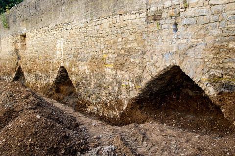 Die Innenseite der nördlichen, zum Theaterpark grenzenden, Stadtmauer nach Beseitigung des Walls