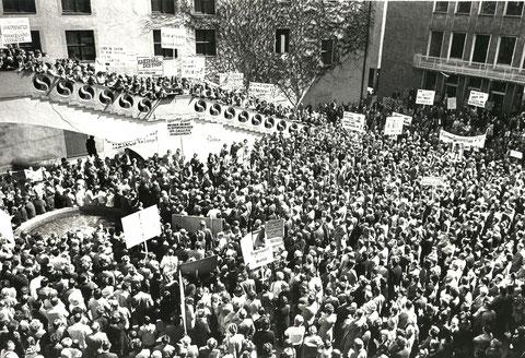 Massenkundgebung im Innenhof des Rathauses und davor gegen den Bau des KKWs