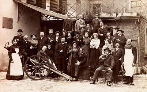 Belegschaft und Gäste? Vierte Person von links könnte Frau Betty Höpflinger sein, Ehefrau von Ernst Sachs und Mutter von Willy Sachs