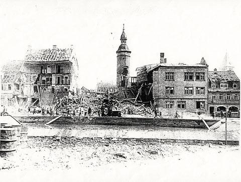 Zerstörtes Bauschhaus nach Bombenangriff - der Bauschenturm blieb wie durch ein Wunder verschont.. - vergrößern! - rechts Gasthaus Schranne