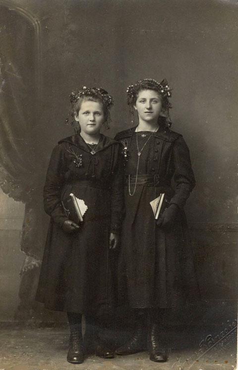 Konfirmation 1919. Links Katharina Maria Pfister, verh. Keßler. Rechts Martha Schenk, verh. Merz