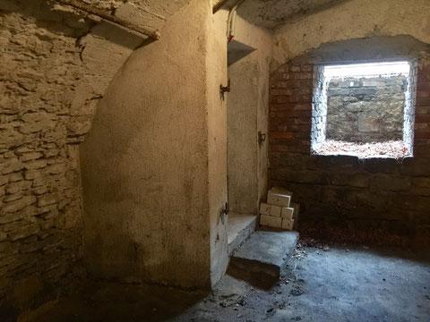 die hinabführende Treppe führt zunächst in einen ersten kleineren Gewölbekeller, der in einen weiteren und größeren übergeht
